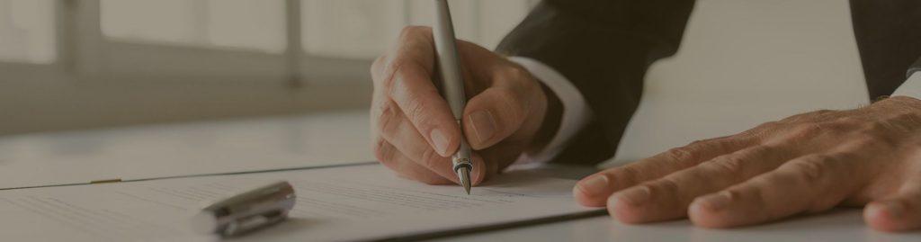 תמונה של יד חותמת על הסכם או על חוזה