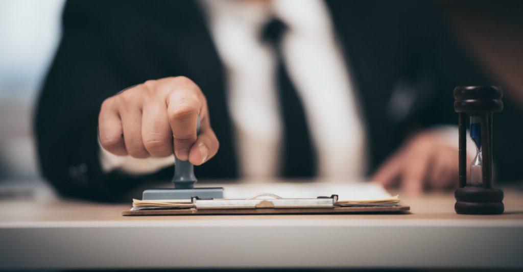 עורך דין פתיחת חברה חותם חתימה נוטריונית על הסכם שנחתם בין שני צדדים
